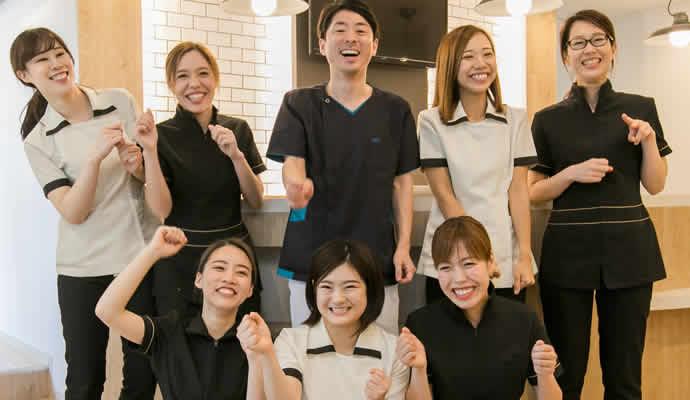 歯科衛生士と歯科助手と受付の写真