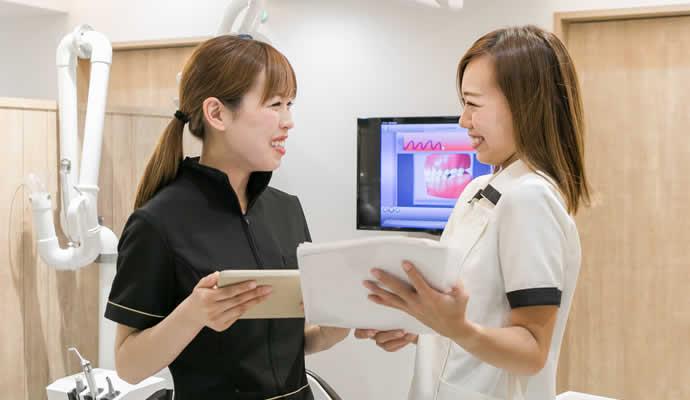 歯科助手・受付のスタッフとミーティング