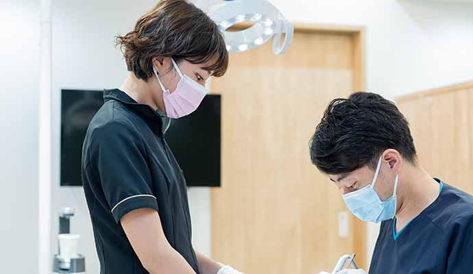 11時~ 歯科衛生士がドクターのサポートをしている