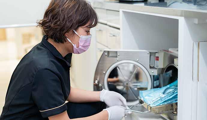16時~ 歯科衛生士が器具の洗浄・滅菌をしている